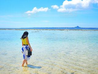 水の体の横に立っている若い女の子の写真・画像素材[981368]
