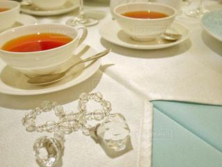 テーブルの上のコーヒー カップの写真・画像素材[1001489]