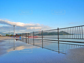 近くに水の体の横に桟橋のアップ - No.1006996