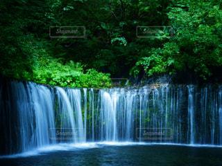 いくつかの水の上の大きな滝の写真・画像素材[1178163]