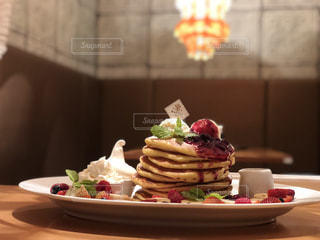 テーブルの上に食べ物のプレートの写真・画像素材[1271302]