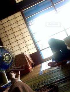 部屋に座る人の写真・画像素材[1428342]