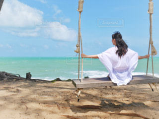砂浜の上に座っている人の写真・画像素材[1428357]