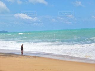 砂浜の上に立っている人の写真・画像素材[1428362]