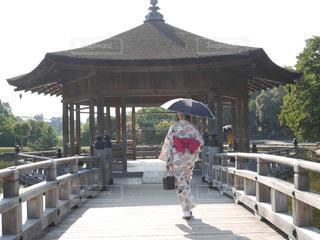 傘を保持している歩道を歩いて人の写真・画像素材[1428405]