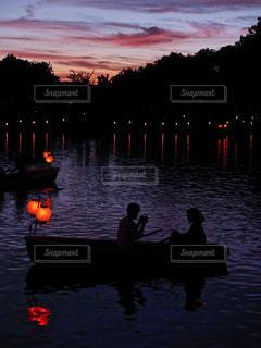 水の体の上の夕日の写真・画像素材[2448888]