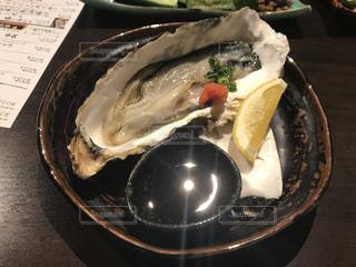 テーブルの上に食べ物のプレートの写真・画像素材[1050840]