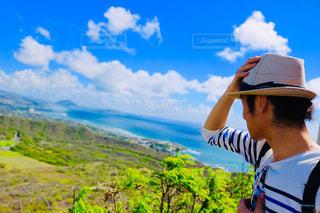 男性,20代,自然,海,夏,緑,雲,青空,後ろ姿,アメリカ,山,景色,男,人物,人,旅,USA,ハワイ,高原,ダイヤモンドヘッド,旅人