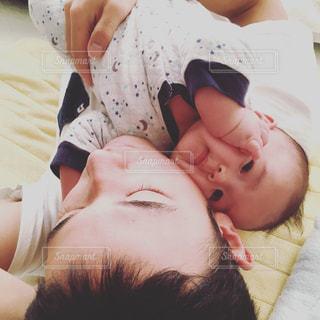 ベッドの上でじゃれ合う親子の写真・画像素材[947846]