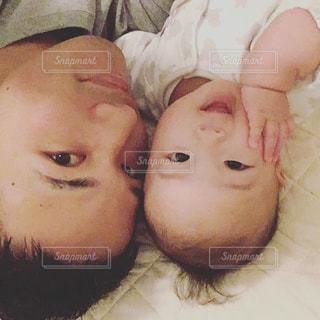 赤ちゃんのベッドの上で横になっています。の写真・画像素材[960288]