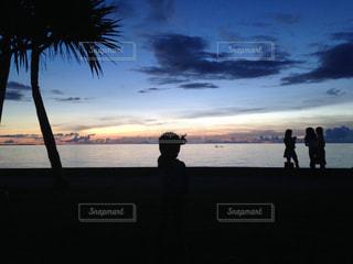 水の体の近くのビーチに人々 のカップルの写真・画像素材[957530]
