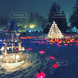 幻想的な雪灯篭まつり会場の写真・画像素材[1024642]