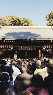 観衆の前で座っている人々 のグループの写真・画像素材[965201]