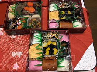 テーブルの上に食べ物の種類でいっぱいのボックスの写真・画像素材[950607]
