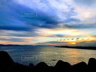 水の体に沈む夕日の写真・画像素材[958802]