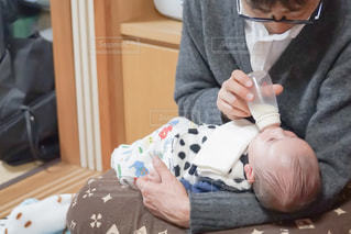 ミルクをあげるお父さんの写真・画像素材[950273]