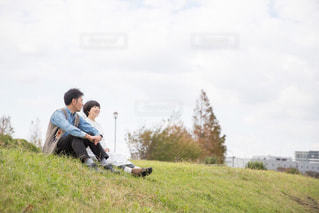 草の上に乗って男カバー フィールドの写真・画像素材[1628329]