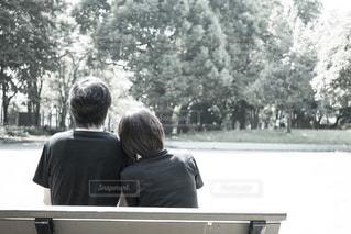 ベンチに座っている人の写真・画像素材[1628338]