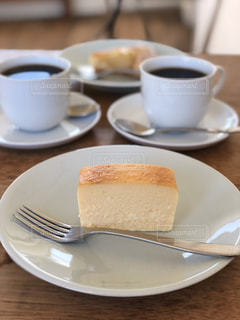 食品とコーヒーのカップのプレートの写真・画像素材[950975]