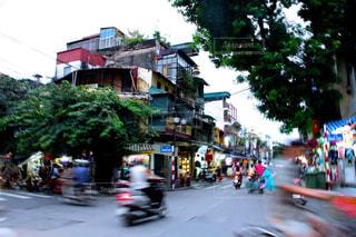 近くに忙しい街の通りのの写真・画像素材[951383]