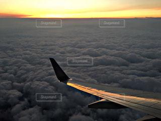 空を飛んでいる飛行機 - No.955878