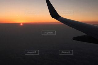 曇り空を飛ぶ大型旅客機 - No.955884