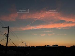 夕焼け空に浮かぶ雲のグループ - No.956760