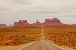 アウトドア,道路,アメリカ,観光,旅行,ドライブ,モニュメントバレー,原住民,ある日の休日,広大な土地