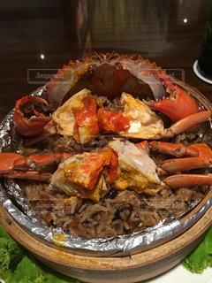 テーブルの上に食べ物のプレートの写真・画像素材[952527]