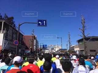 観衆の前で通りを渡る人々 のグループの写真・画像素材[1006453]