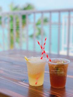 近くにオレンジ ジュースのガラスのの写真・画像素材[952529]