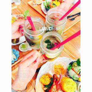 テーブルの上に食べ物のプレート - No.952539