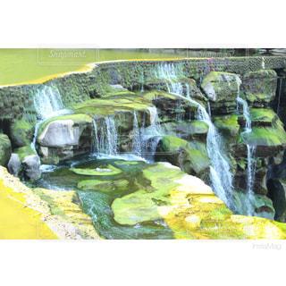 近くの滝のアップの写真・画像素材[952947]