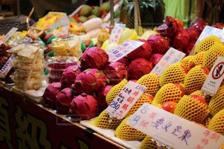 店でディスプレイ上の果実の種類でいっぱいのボックスの写真・画像素材[952968]
