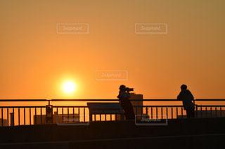 夕陽に映る君と僕の写真・画像素材[1830981]