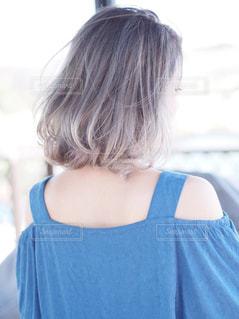 青いシャツの女性の写真・画像素材[1055190]