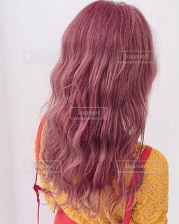 紫のシャツを着ている女性の写真・画像素材[1466453]