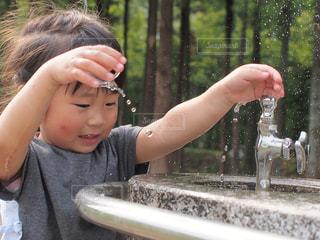 子ども,水,水滴,子供,女の子,蛇口,水しぶき,人,水玉,幼児