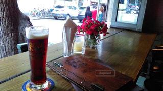 木製テラス席でビールの写真・画像素材[955267]