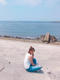 砂浜に座る人の写真・画像素材[1018060]