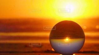 オレンジの夕日に見とれての写真・画像素材[956559]