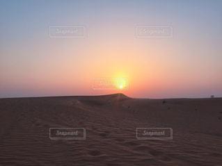 砂漠に落ちる夕日の写真・画像素材[956564]