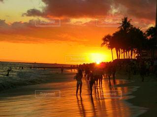 真っ赤に染まる海岸に映る夕日の写真・画像素材[956565]
