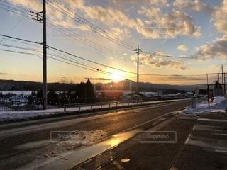 澄んだ田舎の夕日の写真・画像素材[956570]