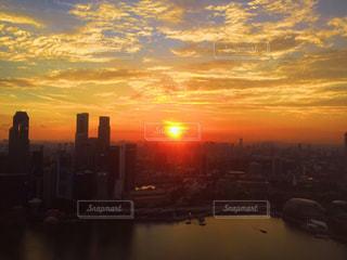 シンガポールの街並みに沈む太陽の写真・画像素材[962674]