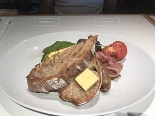 テーブルの上に食べ物のプレートの写真・画像素材[1158839]