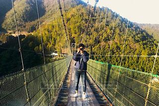 男性,自然,空,橋,屋外,川,男,大学生,奈良県,谷瀬の吊り橋