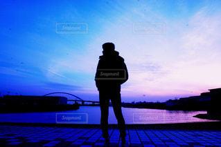男性,自然,空,カメラ,夕日,雲,後ろ姿,夕焼け,景色,男,男子,撮影,シルエット,人物,人,後姿,ミラーレス