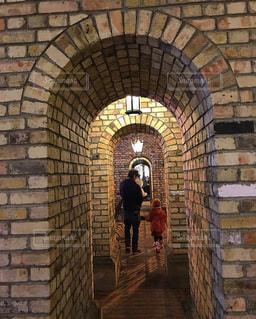 家族,3人,冬,親子,後ろ姿,子供,レンガ,仲良し,人物,トンネル,赤ちゃん,ほっこり,父,子,なかよし,お父さん,レンガ造り,れんが