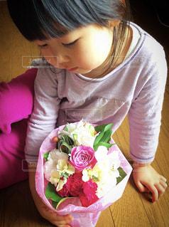 花,ピンク,かわいい,フラワーアレンジメント,フラワー,お花,子供,女の子,プレゼント,人物,可愛い,こども,flower,フラワーアレンジ,present